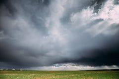 Paisaje rural del prado de la primavera del campo del campo debajo del cielo dramático escénico Imagen de archivo libre de regalías