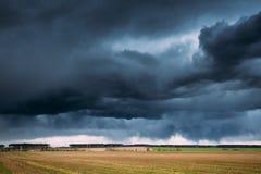 Paisaje rural del prado de la primavera del campo del campo debajo del cielo dramático escénico Fotografía de archivo libre de regalías