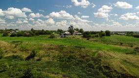 Paisaje rural del verano con el templo ortodoxo en Rusia almacen de video