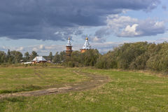 Paisaje rural del verano con la iglesia de madera Iglesia del profeta y del Predtechi San Juan Bautista de la natividad Imagen de archivo
