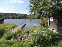 Paisaje rural el muelle de madera de la casa del lago Fotografía de archivo libre de regalías