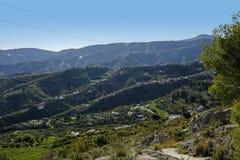 Paisaje rural Frigiliana una de los pueblos españoles hermosos en Andalucía, España Foto de archivo