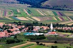 Paisaje rural hermoso con la iglesia y casas y campos, visión desde Coltesti fotos de archivo