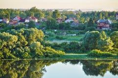 Paisaje rural - pueblo cerca del río en madrugada Fotografía de archivo