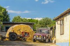 Paisaje rural Reservas del heno en la yarda fotos de archivo