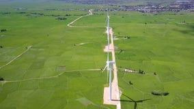 Paisaje rural verde con las torres del generador de viento metrajes