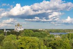 Paisaje ruso del verano con el chuch blanco Fotos de archivo