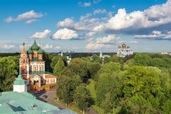 Paisaje ruso del verano con la iglesia Imagenes de archivo