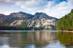 Paisaje salvaje con el lago y las montañas inmóviles Fotos de archivo libres de regalías
