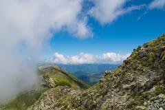 Paisaje salvaje hermoso con montañas rocosas y un cielo hermoso del verano Fotos de archivo