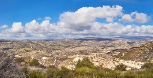 Paisaje seco con los campos y las colinas colgantes en Chipre Fotos de archivo