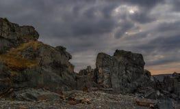 Paisaje septentrional Rocas contra el cielo dramático oscuro imágenes de archivo libres de regalías