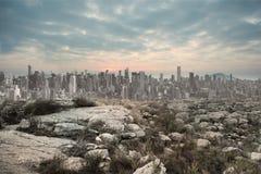 Paisaje sereno con la ciudad en el horizonte Fotografía de archivo libre de regalías
