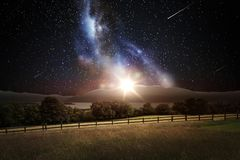Paisaje sobre espacio y estrellas en cielo nocturno Fotografía de archivo libre de regalías