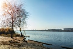 Paisaje soleado del otoño Playa con un embarcadero cerca del río Fotos de archivo