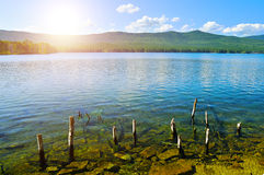 Paisaje soleado del verano del lago Turgoyak en Urales meridionales, Rusia Imagenes de archivo