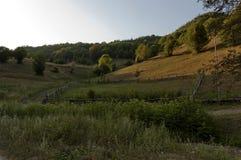 Paisaje soleado hermoso de la montaña de la mañana, Vasilyovo Imagen de archivo