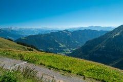 Paisaje suizo con las flores Foto de archivo libre de regalías