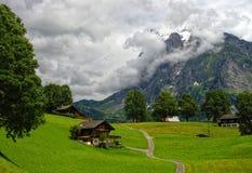 Paisaje suizo de la montaña con el chalet de madera tradicional en Grindelwald Fotografía de archivo