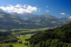 Paisaje suizo de la montaña del castillo de Gruyer Fotografía de archivo