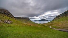 Paisaje típico de Faroe Island con el cielo nublado y el camino almacen de metraje de vídeo