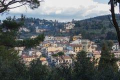 Paisaje típico de Toscana con las casas típicas en una colina, Italia fotografía de archivo