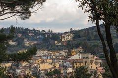 Paisaje típico de Toscana con las casas típicas en una colina, Italia fotografía de archivo libre de regalías