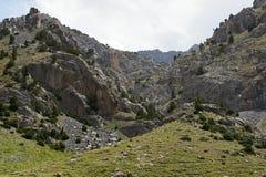 Paisaje típico en las montañas de Pamir-alay Foto de archivo