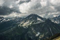 Paisaje tempestuoso de la montaña del verano Imagen de archivo