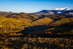 Paisaje temprano de la primavera en montañas Pequeño pueblo en cuestas Concepto del turismo fotografía de archivo libre de regalías