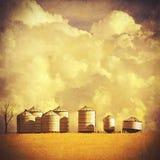 Paisaje texturizado vintage de la granja del verano imagenes de archivo