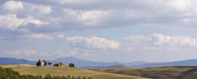 Paisaje toscano, granja aislada Imágenes de archivo libres de regalías