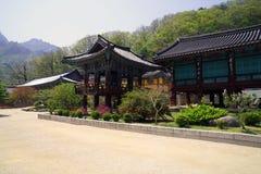 Paisaje tradicional coreano con los edificios y el jardín de madera del templo foto de archivo libre de regalías
