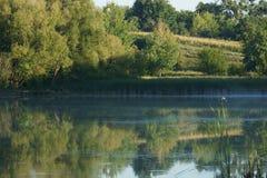 Paisaje tranquilo con un lago y los árboles Imagenes de archivo