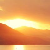Paisaje tranquilo de la tarde con el lago y las montañas Imágenes de archivo libres de regalías