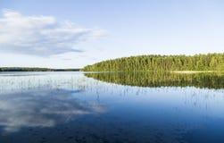 Paisaje tranquilo hermoso de la charca de Finlandia Imagen de archivo libre de regalías