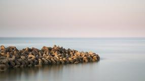Paisaje tranquilo hermoso del afloramiento rocoso en el mar tranquilo Fotos de archivo