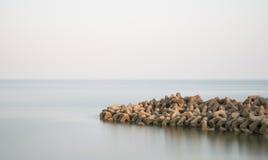 Paisaje tranquilo hermoso del afloramiento rocoso en el mar tranquilo Fotografía de archivo