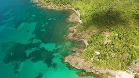 Paisaje tropical con el mar y el arrecife de coral azules almacen de video