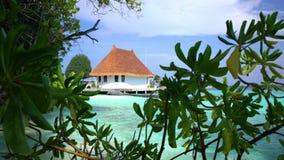 Paisaje tropical con la choza y una playa almacen de metraje de vídeo