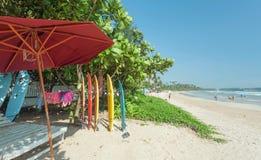 Paisaje tropical con la tienda del tablero de resaca en la playa del Océano Índico Foto de archivo libre de regalías