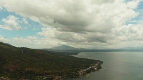 Paisaje tropical con las montañas y el lago almacen de metraje de vídeo