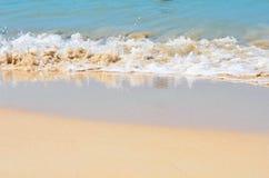 Paisaje tropical con una playa en un día soleado Foto de archivo libre de regalías