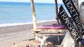 Paisaje tropical de la isla de Bali, Indonesia Placa con los boletos del texto a Gili, transporte Gazebo en el fondo No almacen de metraje de vídeo
