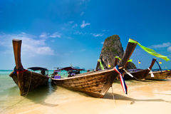 Paisaje tropical de la playa con los barcos. Tailandia Imagen de archivo libre de regalías
