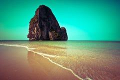 Paisaje tropical de la playa. Tailandia Imagenes de archivo