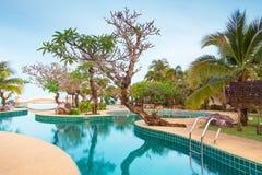 Paisaje tropical del centro turístico en la salida del sol Imagen de archivo libre de regalías