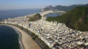 Paisaje tropical hermoso de la playa, montañas, edificios de lujo en la playa de Copacabana, Rio de Janeiro, el Brasil almacen de metraje de vídeo