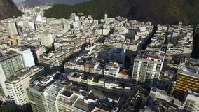 Paisaje tropical hermoso de la playa, montañas, edificios de lujo en la playa de Copacabana, Rio de Janeiro, el Brasil almacen de video