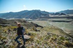 Paisaje turístico de la montaña de las fotografías de la muchacha Selfies en las montañas de Altai Zona de Chui, Altai Valle Chuy fotografía de archivo libre de regalías